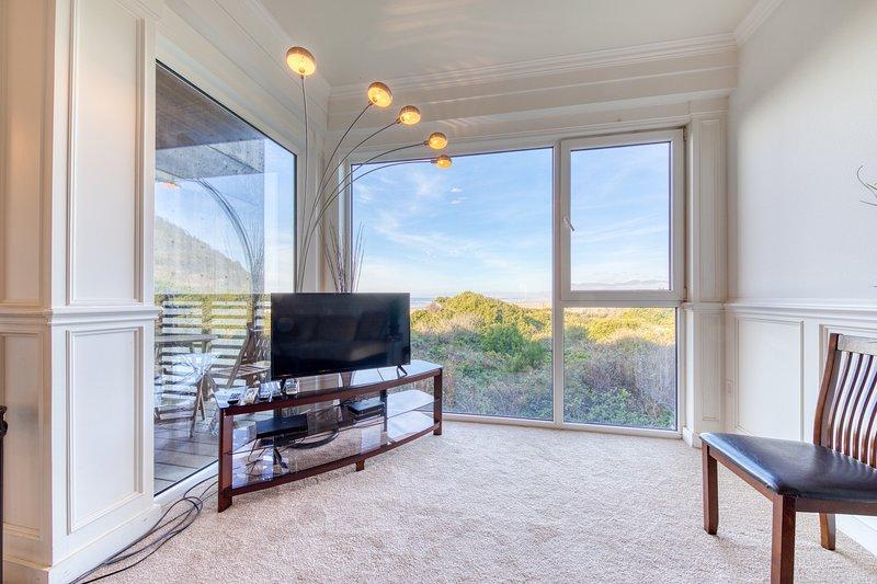 Dog-friendly, oceanfront condo w/ two private decks & beach views/access!, location de vacances à Rockaway Beach