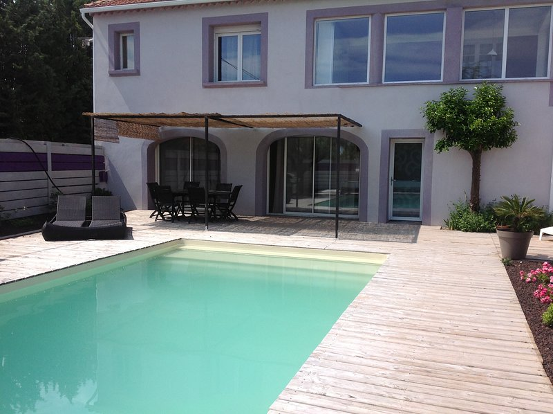 Amazing villa with swimming-pool, aluguéis de temporada em St Julien les Rosiers