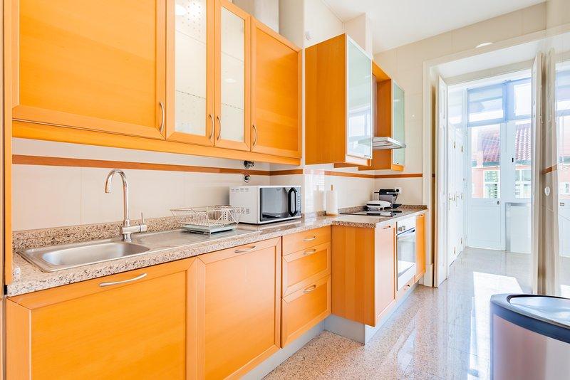 Volledig ingerichte keuken met wasmachine, vaatwasser, magnetron en koffiezetapparaat