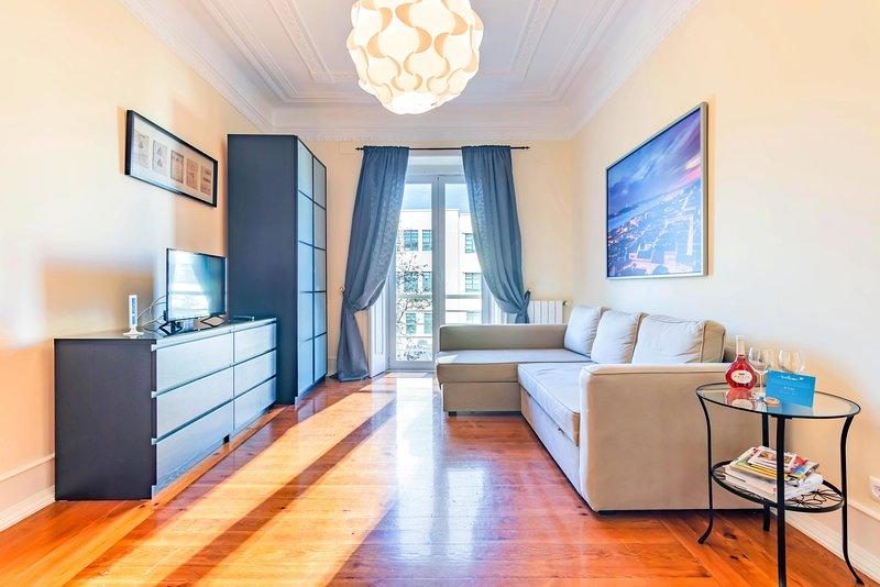Woonkamer met balkon en smart-tv