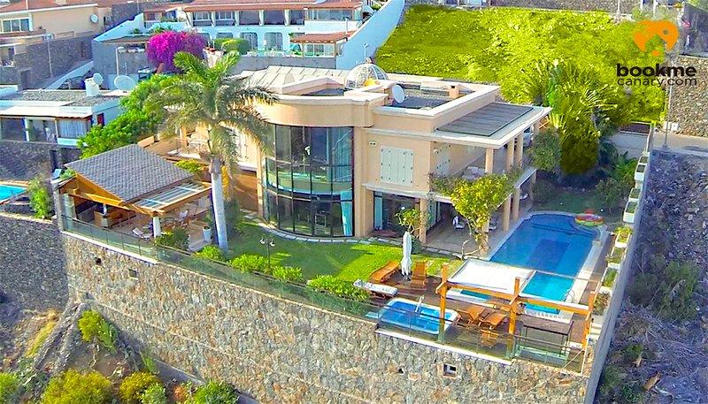 Villa Albella lujo y privacidad con piscina climatizada con vistas al mar, location de vacances à San Agustin