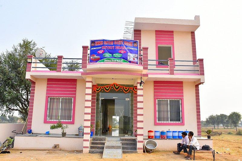 Shree shyam guest house butati dham comfortable stay with family and CCTV securi, alquiler vacacional en Butati