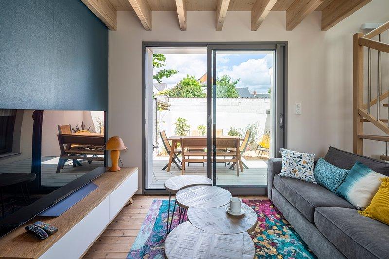 ERNESTINE - charmante maison rénovée 2 chambres avec parking et terrasse, holiday rental in Bedee