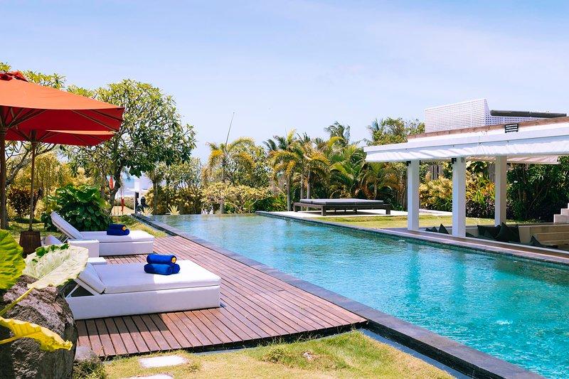 Fabulous Beachfront Villa, 5 BR, Canggu w/ staff, vacation rental in Tanah Lot