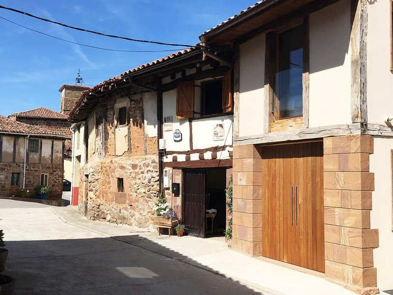 Big house with terrace & Wifi, holiday rental in Valdazo
