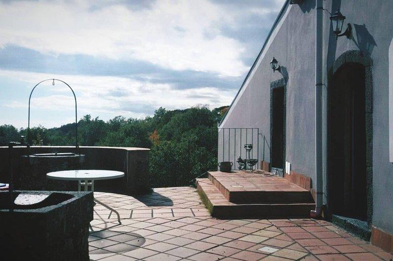Big house with garden & terrace, alquiler de vacaciones en Sant'Alfio