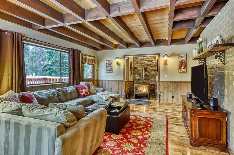 Quiet mountain cabin nestled in the woods, near ski resorts and the Yuba River., vacation rental in Soda Springs