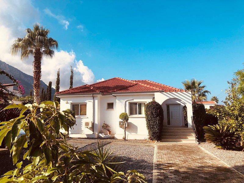 Misty Villa Cyprus with Wifi, satellite TV & private pool, alquiler de vacaciones en Lapta
