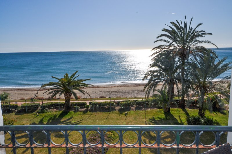 Right on the beach with the Mediterranean Sea infront of you, walk straight out, vacation rental in Cancelada