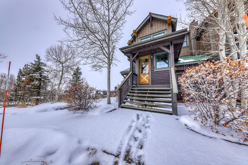 Rustic condo w/ gas fireplace, private balcony, & mountain views - close to ski!, holiday rental in Hot Sulphur Springs