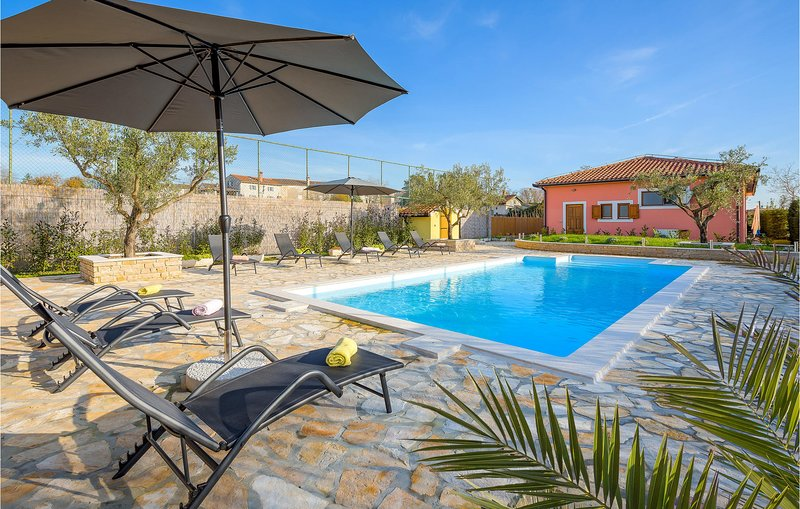 Stunning home in Smoljanci with Outdoor swimming pool and 4 Bedrooms (CIC032), alquiler vacacional en Smoljanci