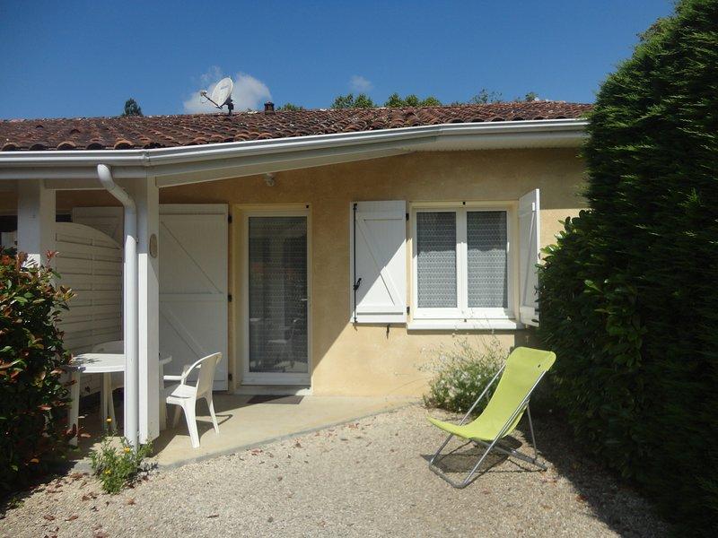 Lys, spacieux T2, à 50 metres du parc thermal, location de vacances à Eugenie Les Bains