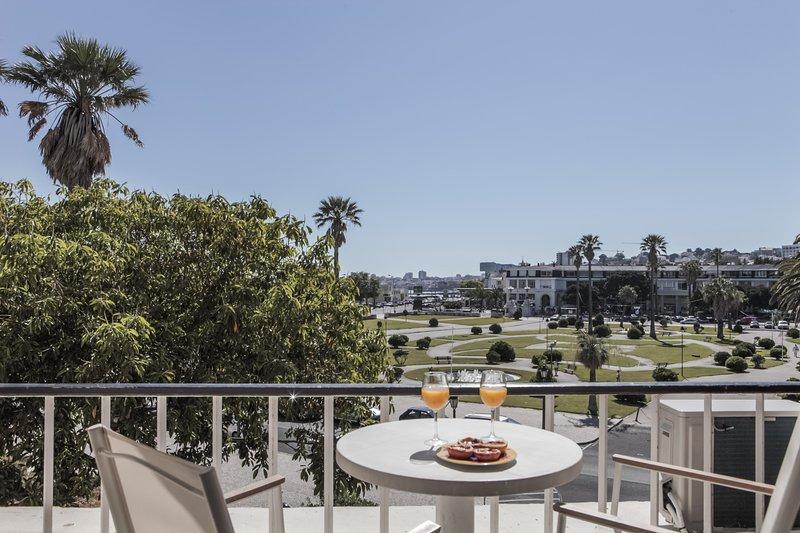 E2 - ESTORIL BEACHFRONT APARTMENTS - BALCONY STUDI, aluguéis de temporada em Estoril