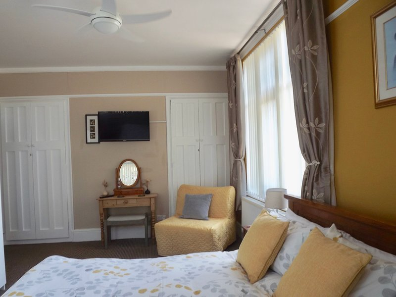 Amplio dormitorio en planta baja con baño y vistas al mar