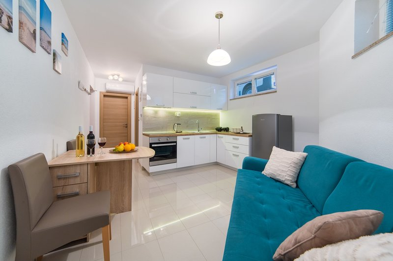 Apartments Zvonik - Cosy One Bedroom Apartment, vacation rental in Brist