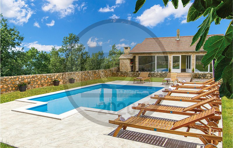 Stunning home in Knin with Outdoor swimming pool and 3 Bedrooms (CDJ693), alquiler vacacional en Plaski