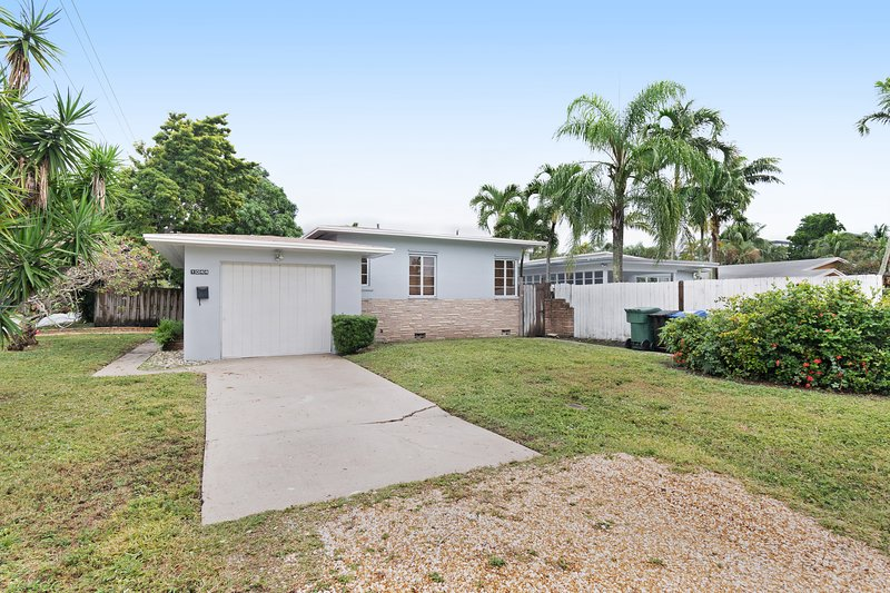 Modern, bright home w/ large yard & mango tree - minutes to the beach!, holiday rental in Fort Lauderdale