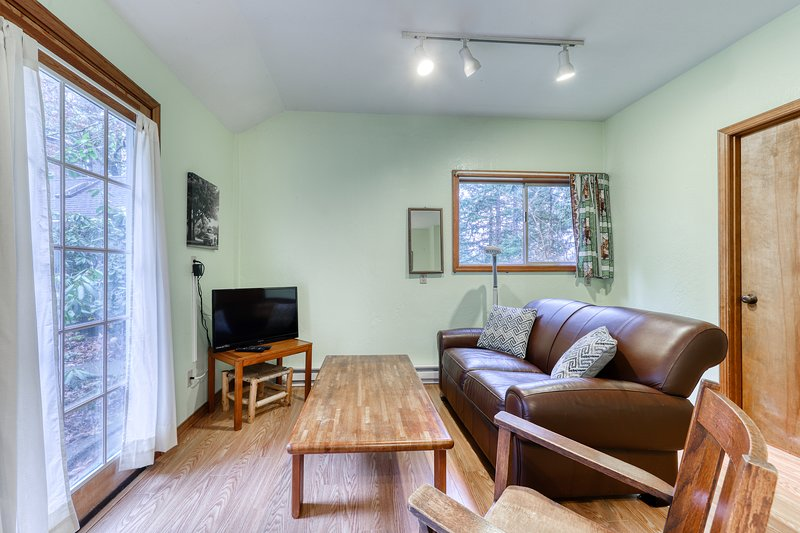 Secluded cottage w/ free WiFi & cable - close to parks and downtown, vacation rental in Eugene