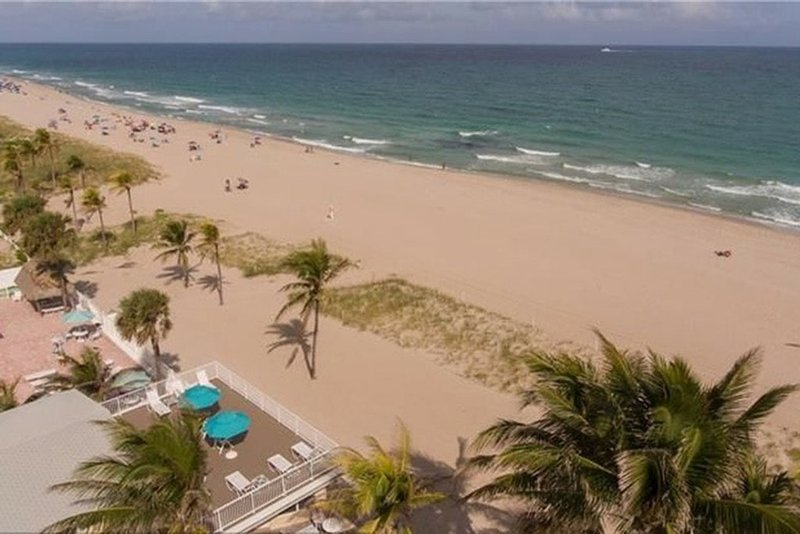 Beachfront Penthouse w/Private Entrance & Balcony – semesterbostad i Lauderdale by the Sea