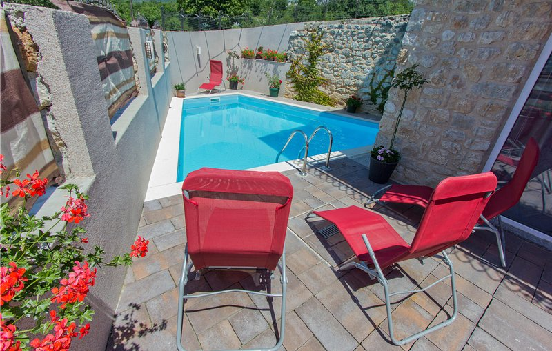 Awesome home in Grizane with Outdoor swimming pool, WiFi and 4 Bedrooms (CKC469), casa vacanza a Kamenjak
