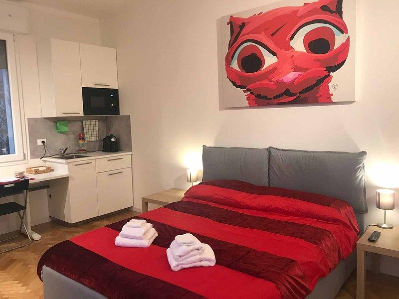 Ampia stanza con bagno privato: Tra le Torri, holiday rental in San Donino