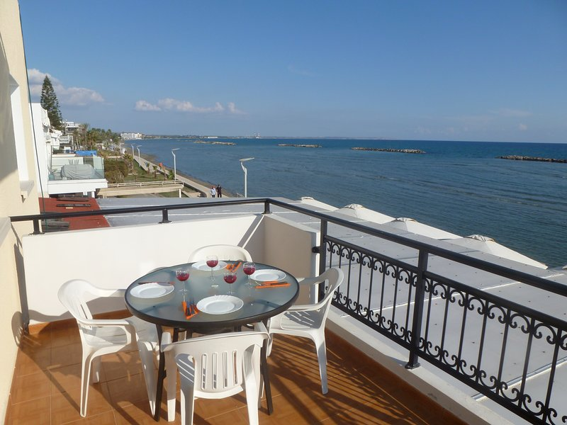 Sea View 2 bedroom Apartment, Free Wifi, holiday rental in Larnaca