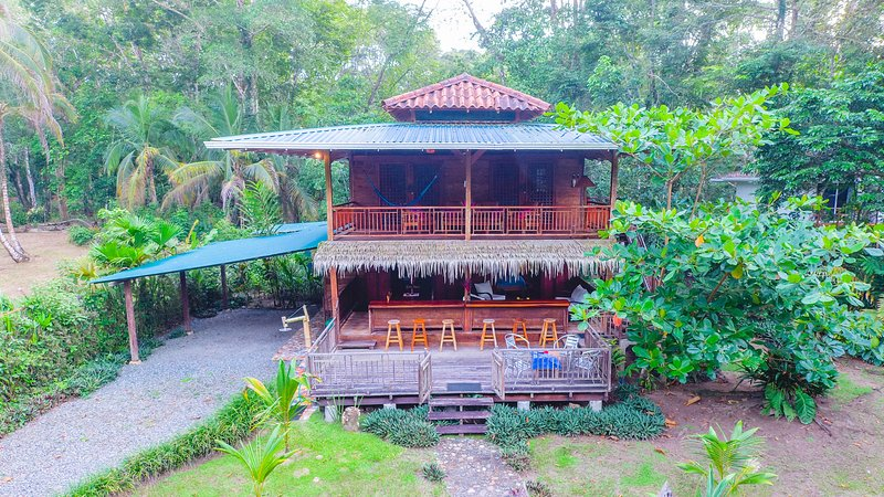 Matix Beach House for 6 guests, steps from the bea, holiday rental in Punta Uva