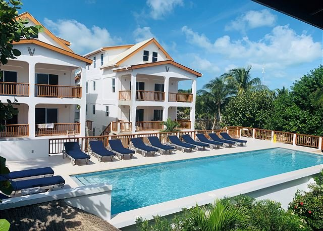 Penthouse Velento #5 private dock/beach, large pool, free paddleboards, #5, alquiler de vacaciones en Caye Caulker