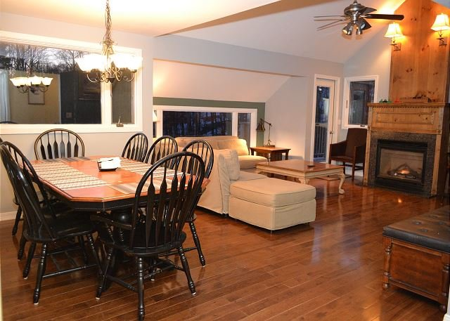 Luxury Trailside Village Three Bedroom #4 SkiOnSkiOff Great Eastern Ski Trail, holiday rental in Sherburne