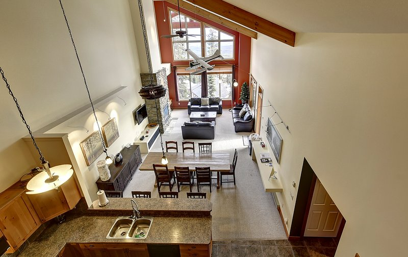 SLEEPS 18 - 3 BED/3BATH PLUS LOFT AND DEN +HOT TUB + 2 PARKING, vacation rental in Big White