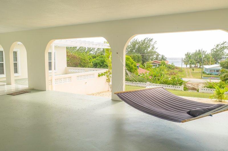 Hamaca en nuestro garaje abierto con vista al mar
