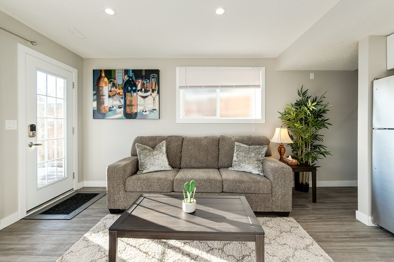 Modern & Cosy, Free Parking, 15 mins to Downtown Free Parking + WiFi, holiday rental in Cochrane