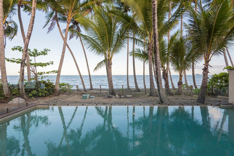 The Beach House on Newell - Absolute Beachfront, location de vacances à Daintree Region