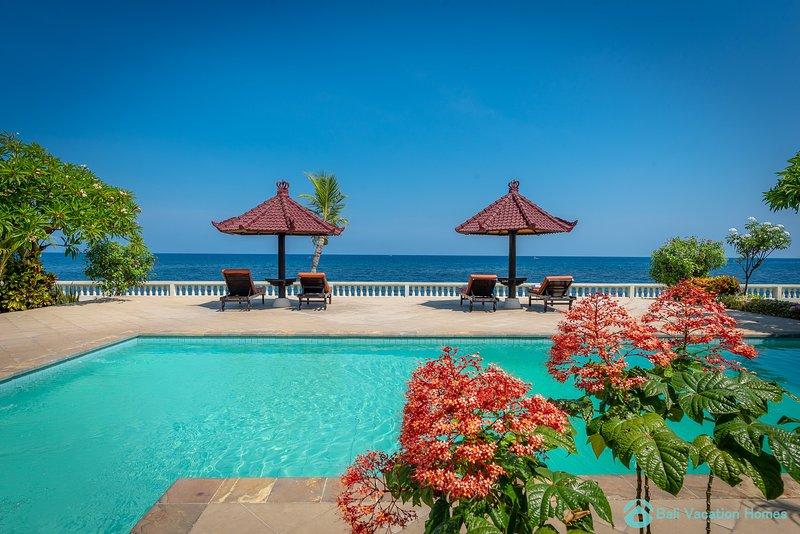 Beachfront Villa Lovina 8P, Pool, BBQ, Staff, alquiler vacacional en Dencarik