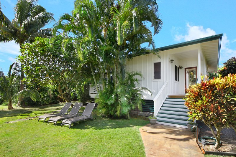 2 Minute Stroll to the Ocean--4 Minute Stroll to Beaches--Large Charming Cottage, location de vacances à Poipu