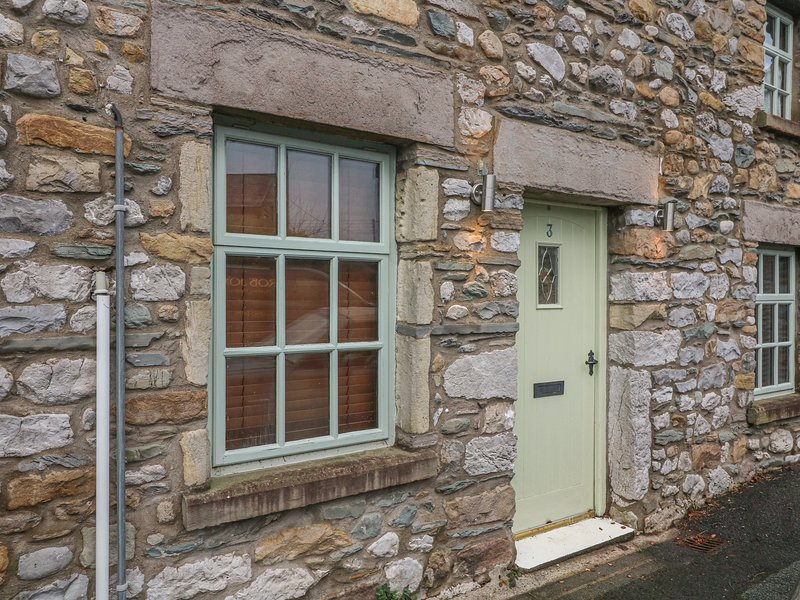 3 BANK END, mid-terrace, woodburning stove, WiFi, in Ingleton, Ref 933458, holiday rental in Ireby