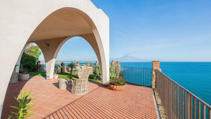 Punta moresca, seafront villa with private seawater pool., holiday rental in Villasmundo