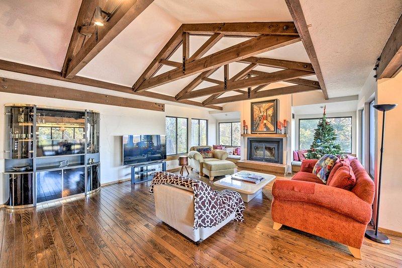Les planchers en bois, les hauts plafonds et les poutres apparentes apportent une touche unique à la maison!