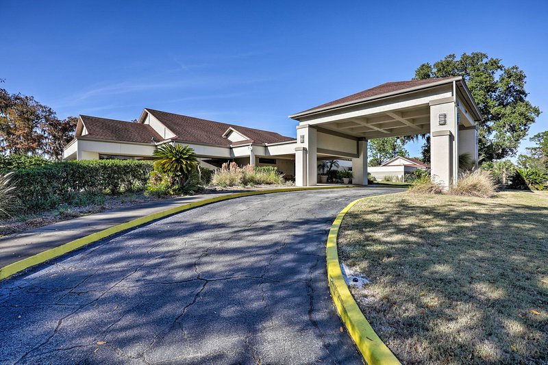La grande club house offre una piscina privata e un ristorante.