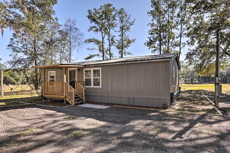 NEW! Family Home w/Screened Porch Near State Parks, vacation rental in Satsuma