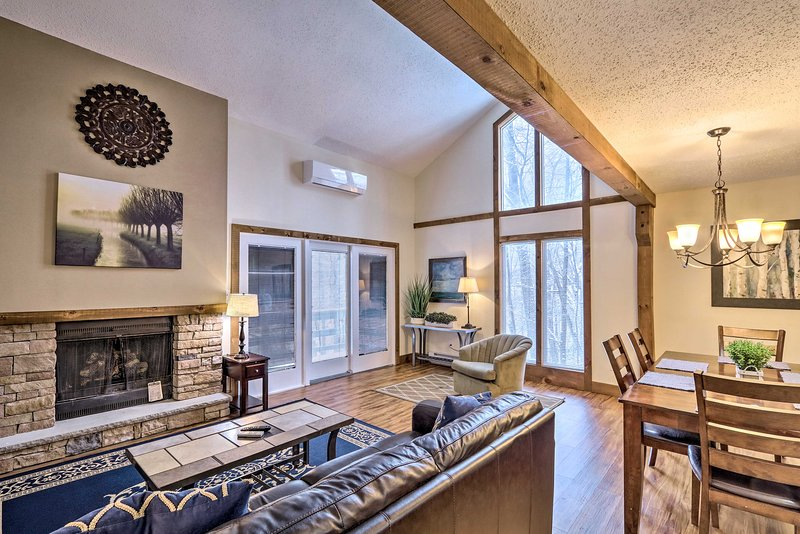 NEW! Well-Appointed Villa w/Sauna at Camelback Mtn, holiday rental in Henryville