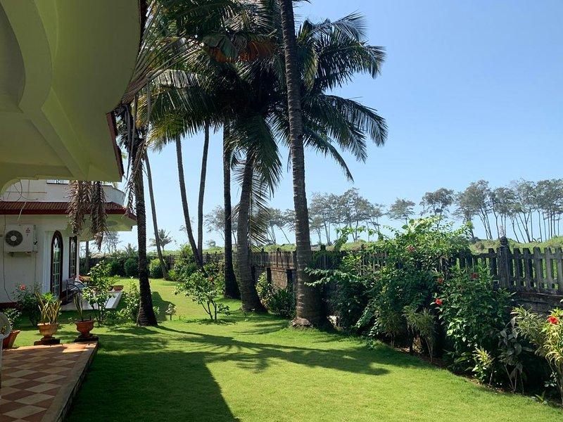 Serene 4-Bedroom Beachfront Villa - Casa Susegada, holiday rental in Betalbatim