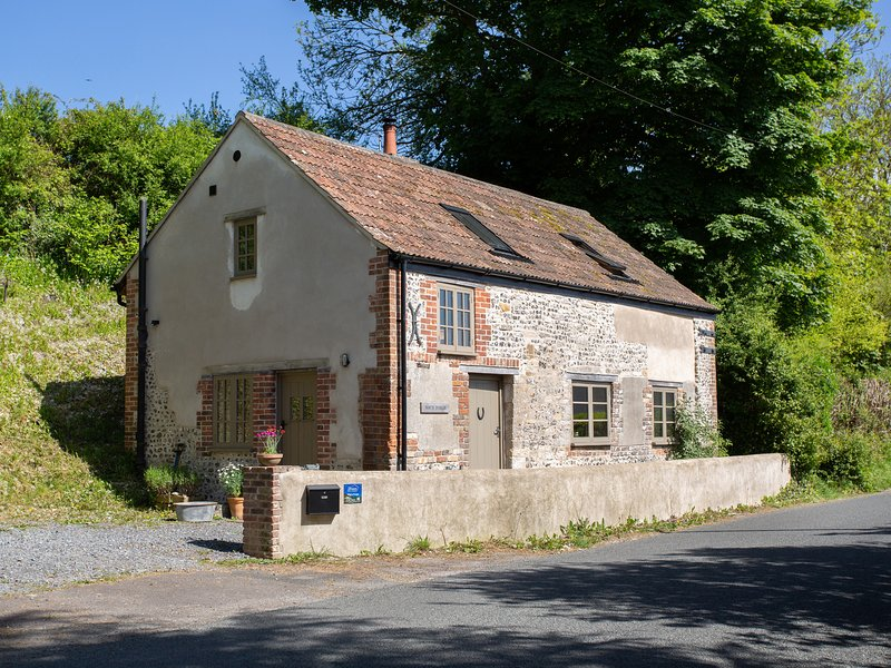 WAY'S FORGE, Sleeps 3, village location, off road parking,  2 dogs, Piddlehinton, location de vacances à Stratton