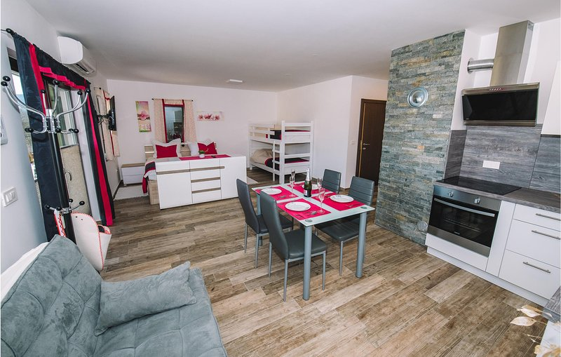 Stunning apartment in Bled w/ Outdoor swimming pool, WiFi and Outdoor swimming p, holiday rental in Zirovnica