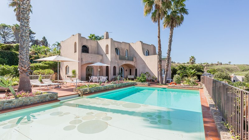Costa Moresca, seafront villa with private seawater pool., holiday rental in Villasmundo