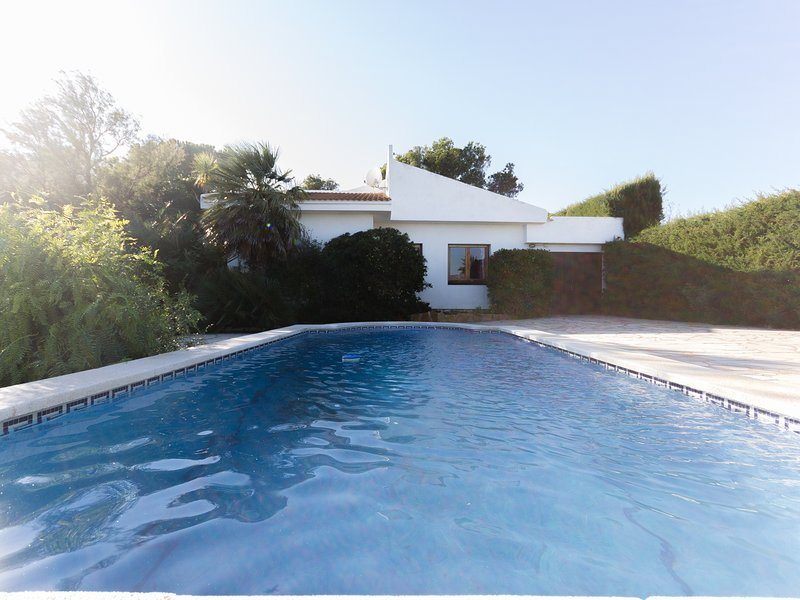 FAMILY HOUSE PRIVATE SWIMING-POOL, BBQ, WIFI-BARCELONA, vacation rental in Calafat