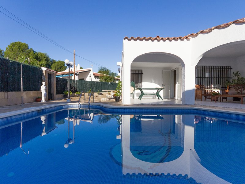 FAMILY HOUSE 200M TO THE BEACH, SWIMING-POOL, BBQ AND WIFI-HAM, vacation rental in Calafat