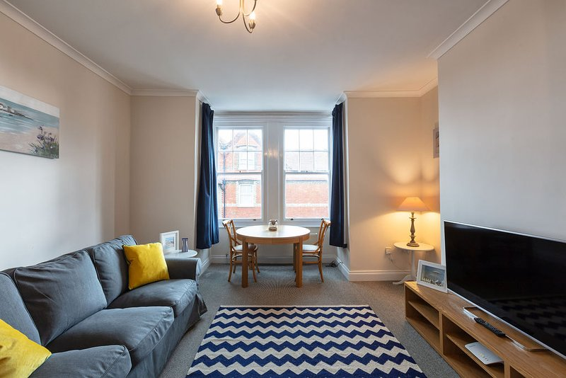 Harriet: Modest one bedroom apartment with spacious living area and sea views, location de vacances à Ramsgate