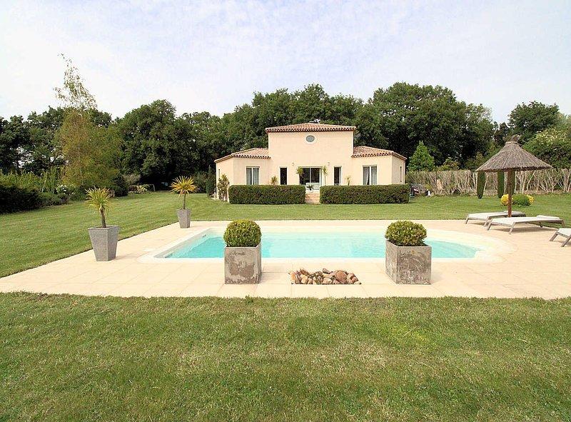 entre Alpilles y Camargue, villa con piscina y parque, en Entressen, holiday rental in Miramas