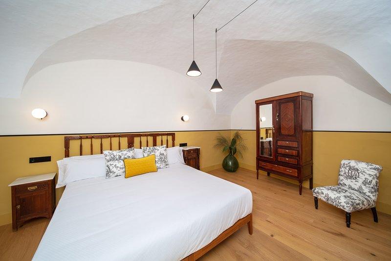 Apartamento lujoso en la parte antigua de Cáceres, vacation rental in Extremadura